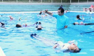 児童が着衣泳を体験-58