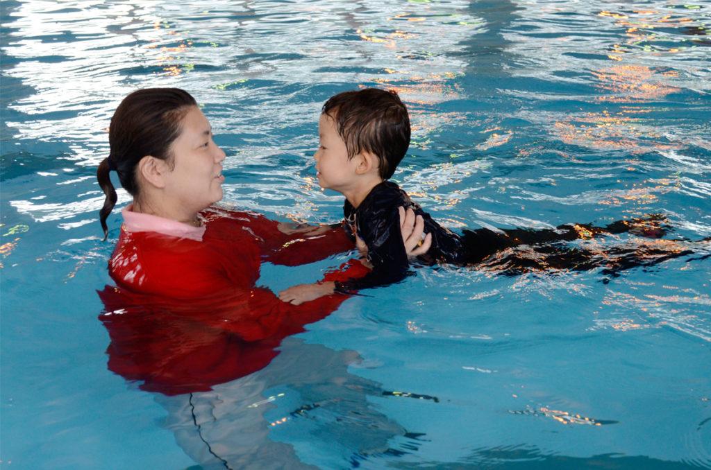 水難事故防止へ「着衣泳」体験   海と日本PROJECT in やまなし